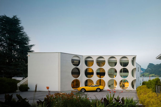Moderní dům má velmi expresivní a ornamentální fasádu.