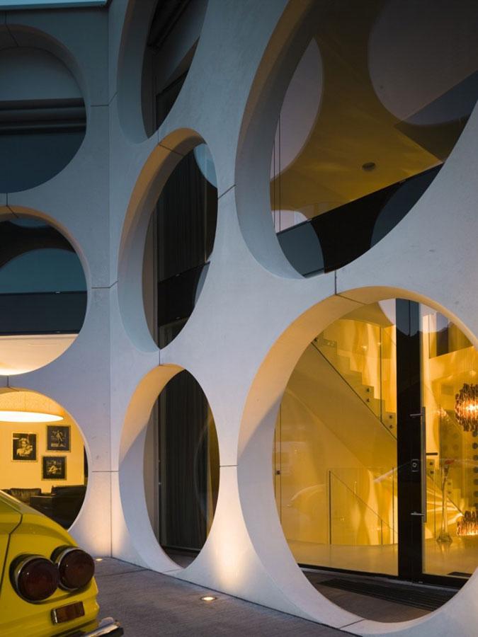 Tentýž náhled do interiéru moderního domu při různých světelných podmínkách.