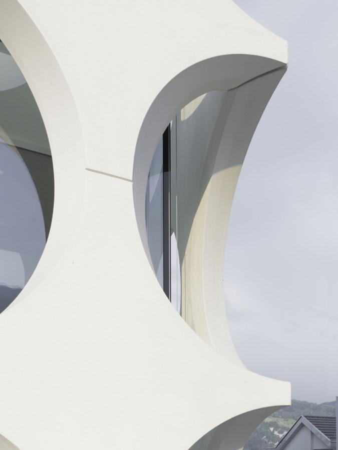 V rozích, kde se stýkají hmoty obou strukturálních fasád se vytváří monument hodný srovnání s moderním uměním.