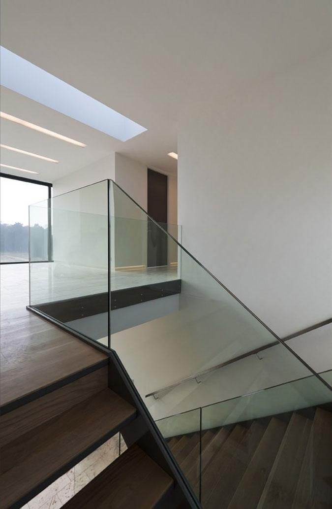 Moderní schodiště, bývá označováno schodiště s užitím skleněného zábradlí