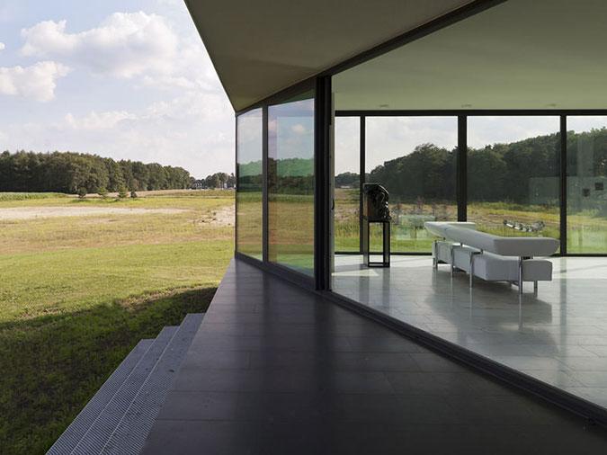 Bezrámové zasklení  umožňuje vychutnat si luxusní výhledy z domu.