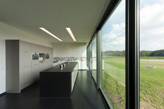 Dále se zde ve velké míře uplatnilo dřevo, sklo, ale i beton, nebo Corian.