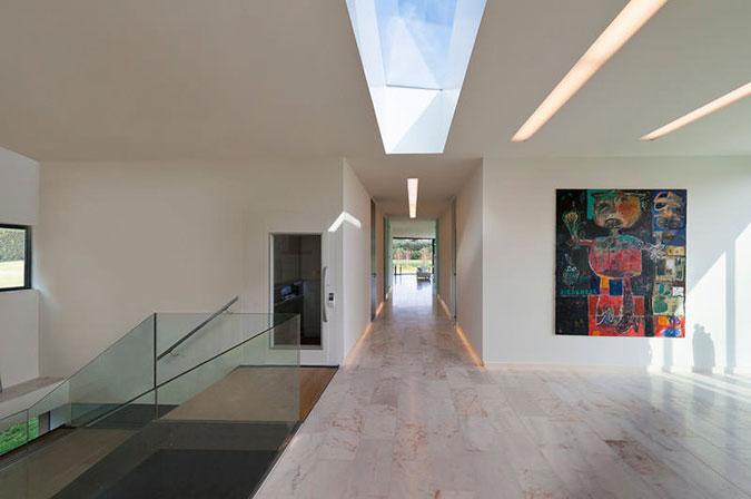 Obě podlaží propojuje moderní schodiště s ocelovými schodnicemi a dřevěnými stupni a podestami.