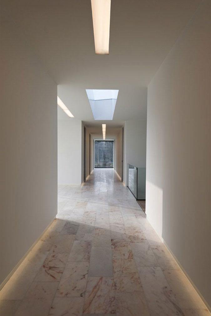 Moderní interiér vily je tvořen především mramorovými podlahami.