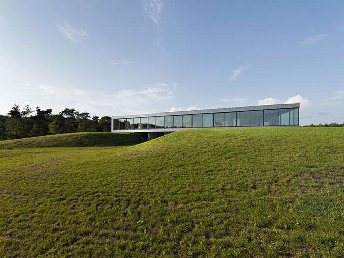 Moderní vila má v tomto případě funkcionalistickou formu.