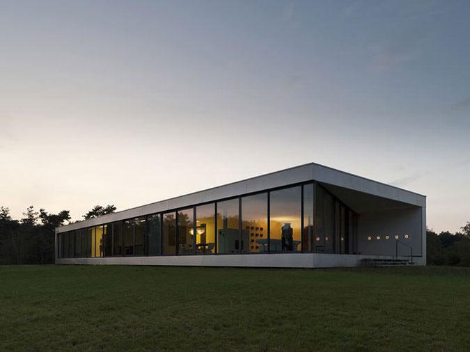 Stavba je v duchu funkcionalismu maximálně otevřená do přírody a citlivě zasazená do okolního terénu.