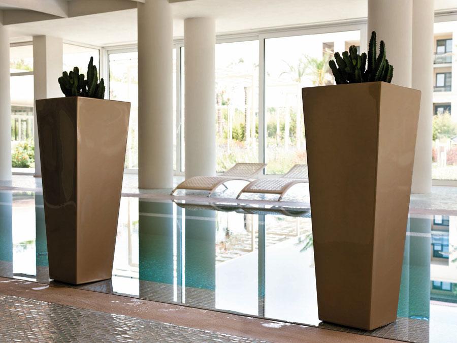 Při denním světle vyniknou lépe lakované varianty produktů Twentyfirst. Luxusní vázy Naif.