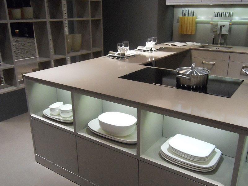 moderní kuchyně s kamenou pracovní deskou