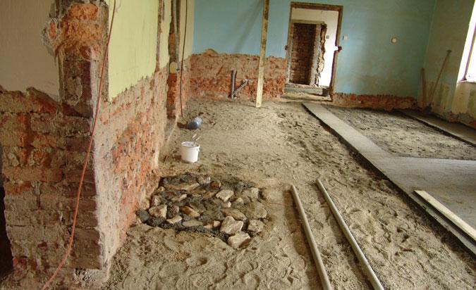 Při rekonstrukci starého domu se musí provést nové hydroizolace a podlahy.