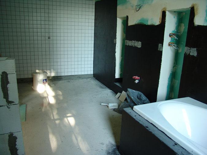V koupelně se dostaly ke slovu obklady.
