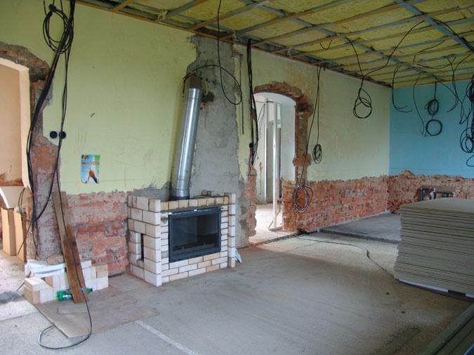Stavba krbu a probíhající elektroinstalace.