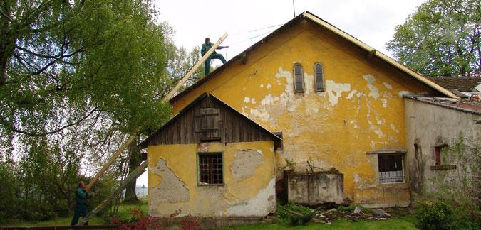 Rekonstrukce starého domu začala rekonstrukcí střechy.