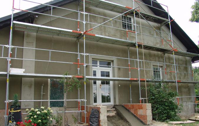 Po zateplení získal dům i ozdobné prvky, které byly na torzu původní fasády.