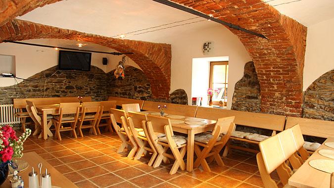 Při rekonstrukci domu si investor přál v tomto zajímavém prostoru vybudovat místo pro společenská setkání.