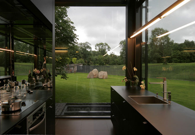 Kuchyně se přímo svým vzhledem přizpůsobila zbytku interiéru.