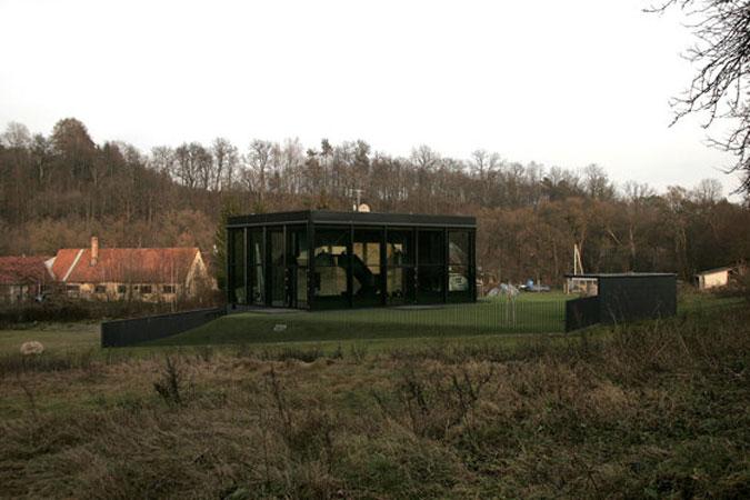 Skleněná fasáda je tvořena prvky Schüco s hliníkovým rámem.