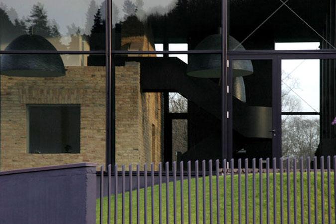 Čiré sklo umožňuje propojit interiér s vnějším prostředím.