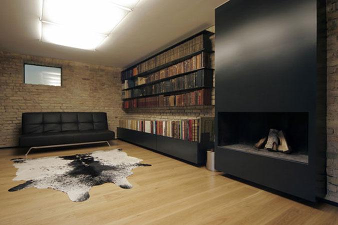 Knihovna se sbírkou starých knih našla své místo  v suterénu původního domu.