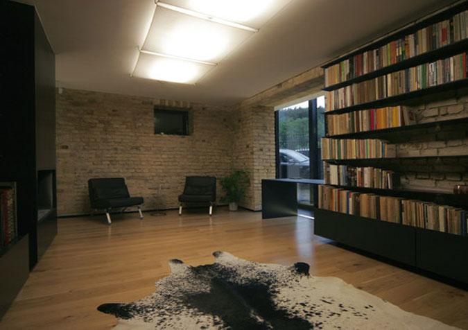 Knihovna nabízí kromě posezení u krbu i výhled do zahrady.