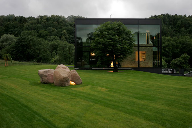 Dům je výraznou dominantou a nejlépe vynikne v zahradě s pěstěným trávníkem.