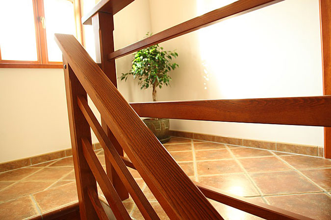 Schodiště, stejně jako veškeré podlahy a omítky byly při rekonstrukci provedeny zcela nově.