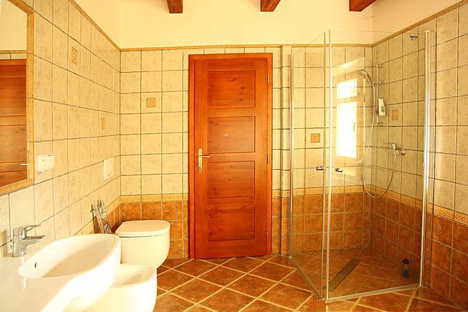 Jedna z koupelen ve zrekonstruovaném domě.