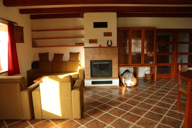 Rekonstrukce ponechala centrem domu rozsáhlou obytnou kuchyň
