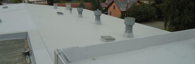 Pohled na dokončovanou střechu právě rekonstruovaného kulturního domu.