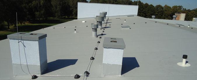 Detail na provedenou izolaci střechy a veškeré prvky, jako jsou hromosvody apod.