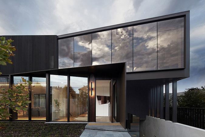Díky mrakům, které se v budově odrážejí, se budova zdá být dokonce menší.