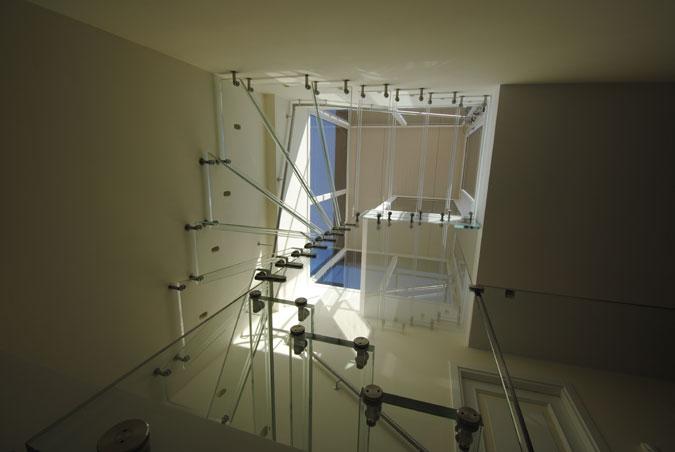 Celoskleněné točité schodiště.