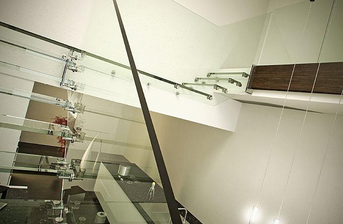 Vizualizace budoucího celoskleněného schodiště v Singapuru - pohled na podestu.
