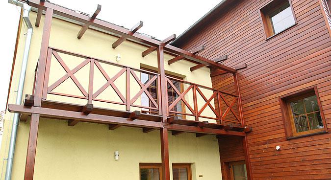 Rekonstrukce domu přidala i balkony, na které je přístup z pokojů v patře.