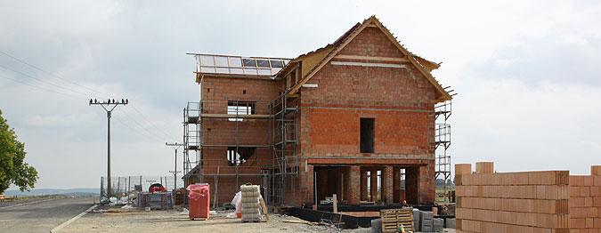 Dvě hlavní budovy hotelu jsou zděné, střední část je dřevostavba, která bude dostavěná později.