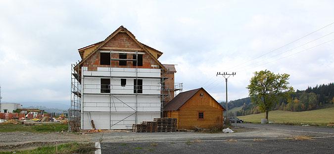 Nejdůležitější je stavbu včas zastřešit, aby mohly práce pokračovat v zimním období v interiérech.