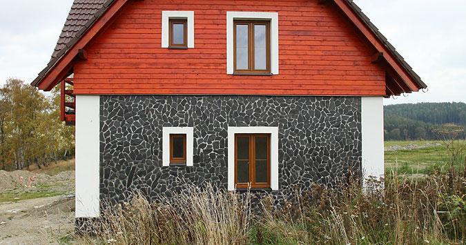 Stavby jsou zděné se dřevěným obkladem.