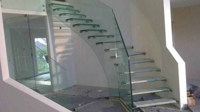 Pohled na jedno z ramen celoskleněného schodiště Siller MISTRAL.