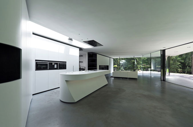 Design kuchyně podléhá strohým čistým liniím a rafinovaně ukrývá veškeré rušivé prvky.