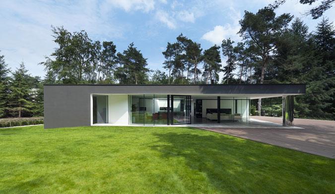 Skleněná stěna napomáhá temperování domu.
