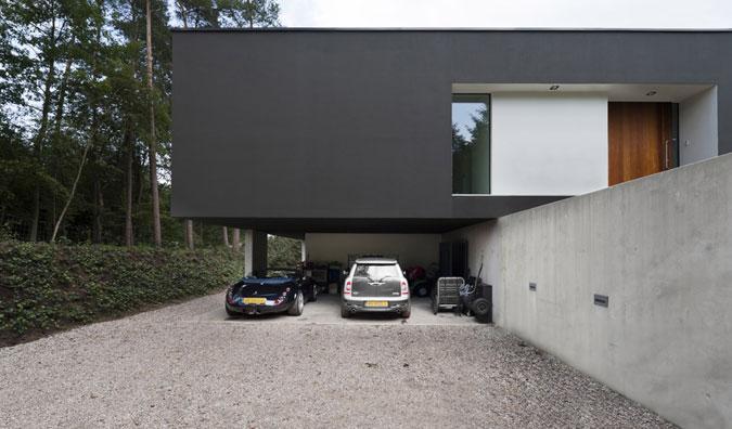 Převis hlavní hmoty domu, nejen že působí  velmi zajímavě, vytváří dojem levitujícího domu.