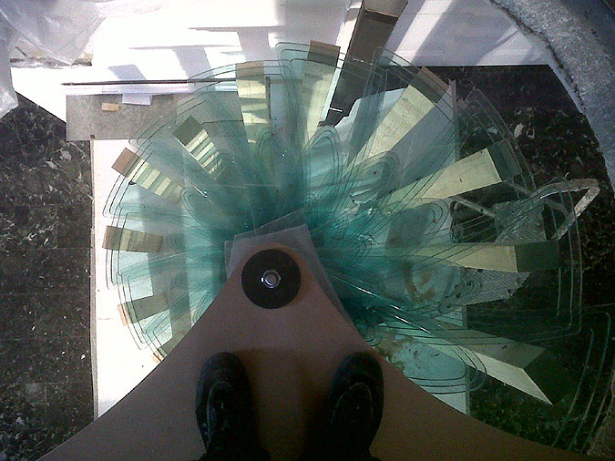 Touto fotografií skeněného vřetenového schodiště Sky Screw se dnes rozloučíme s příspěvkem o skleněných schodech a schodištích.