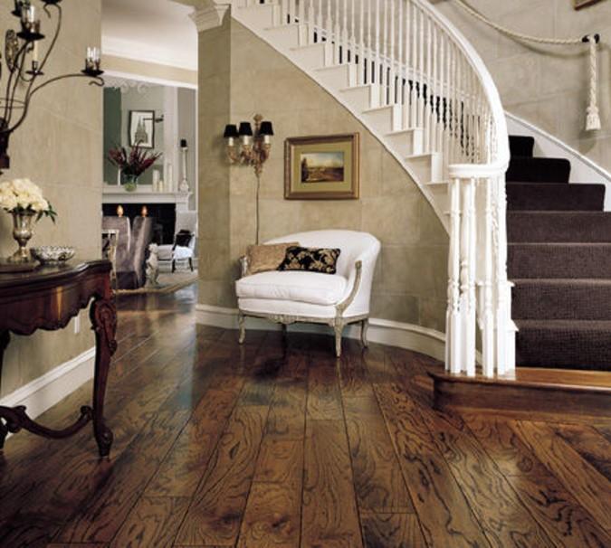 Masivní dřevěná podlaha v klasicky zařízeném interiéru