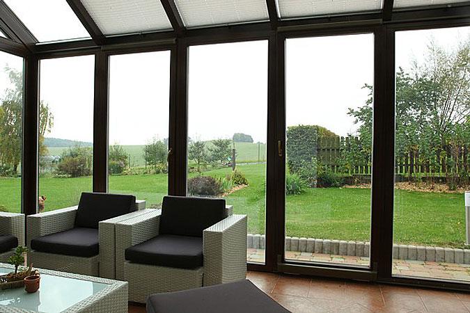 Zimní zahrada umožňuje pozorovat život v zahradě i v případě nepříznivého počasí.
